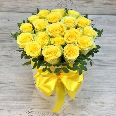 Flowers-Box 19 yellow roses