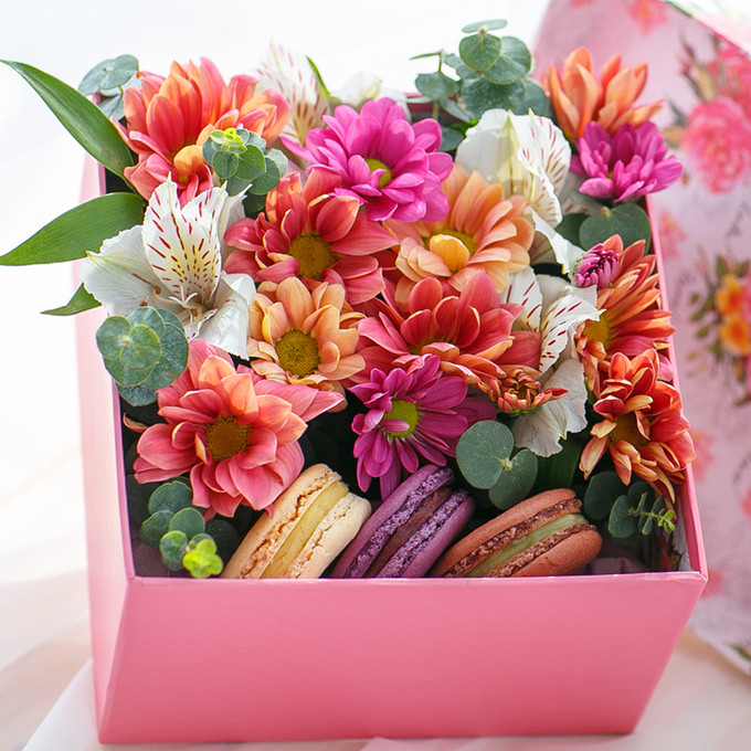 Flowers-Box with spray chrysanthemum and Macarons