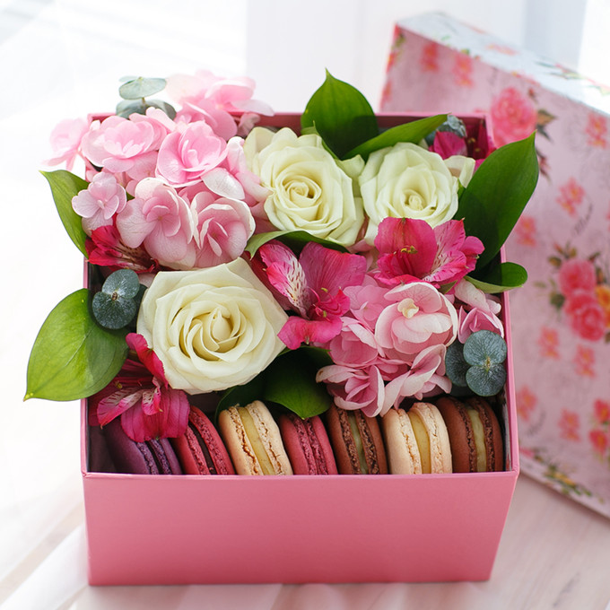 Flowers-Box with hydrangea and macaroon