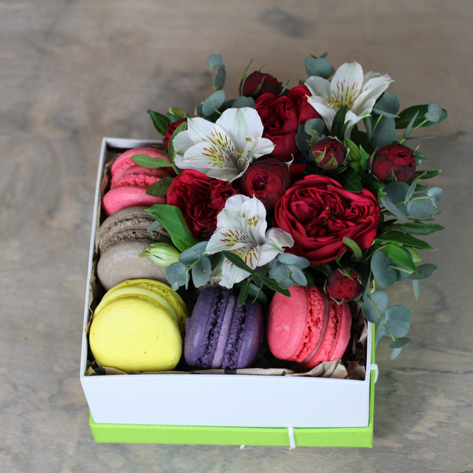Flowers-Box with red Piano rose and 5 Macarons